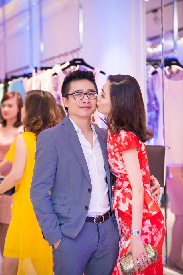 Hoa hậu thân thiện tới dự buổi khai trương cùng chồng. Cô không ngại thể hiện tình cảm với ông xã.