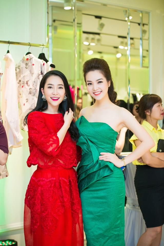 Thụy Vân đọ sắc bên Linh Nga. Nữ diễn viên múa diện váy đỏ rực rỡ.