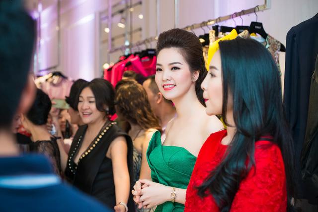 MC - Á hậu Thụy Vân rạng ngời trong buổi khai trương cửa hàng thời trang ở Hà Nội.
