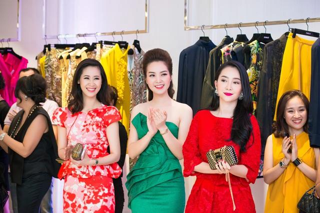 Thụy Vân không kém phần nổi bật khi đứng bên nữ diễn viên múa Linh Nga và người đẹp Dương Thùy Linh - Hoa hậu thân thiện của cuộc thi Hoa hậu Hoàn vũ Việt Nam 2008.