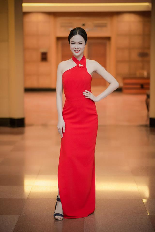 Ngọc Anh thon gọn trong bộ đầm đỏ xẻ tà.