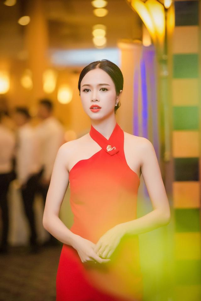 Chiếc đầm làm tôn vẻ đẹp mong manh của cô.