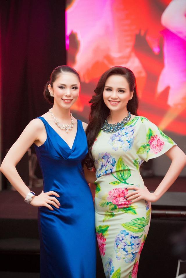 Cô cũng rất tự tin khoe dáng bên Hoa hậu Rito Mori.