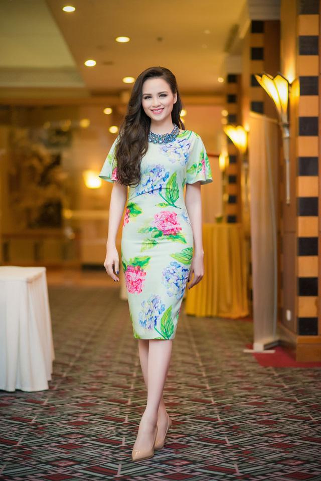 Diễm Hương diện váy hoa nữ tính với gam màu khá rực rỡ.