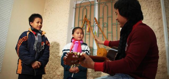 Nhạc sĩ Lê Minh Sơn hướng dẫn em Sùng A Lự và bạn diễn tập luyện, chuẩn bị cho một show diễn ở Cao Bằng.