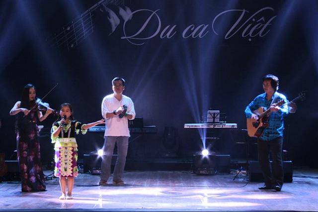 Nhạc sĩ Lê Minh Sơn trực tiếp đệm đàn trong một tiết mục ở Du ca Việt.