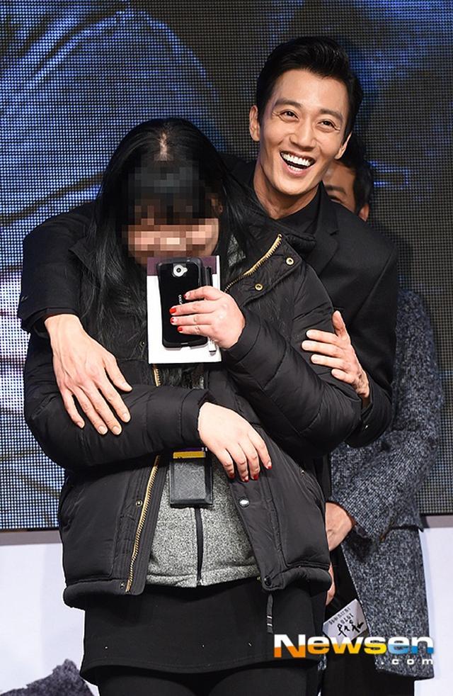 Kim Rae Won thân thiện không kém khi cũng dành tặng cái ôm cho một cô gái.
