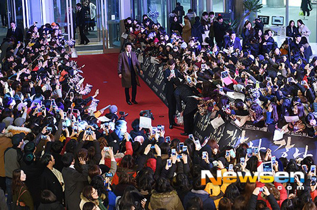 Hai ngôi sao xuất hiện trên thảm đỏ khiến bao người hâm mộ hò reo.
