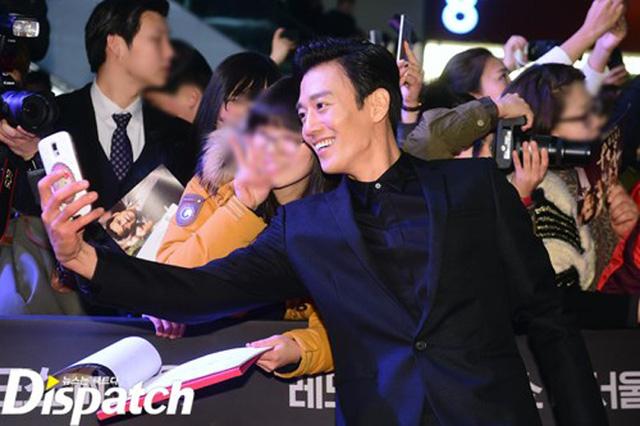 Kim Rae Won cũng lưu lại khoảnh khắc bên những người mến mộ mình.
