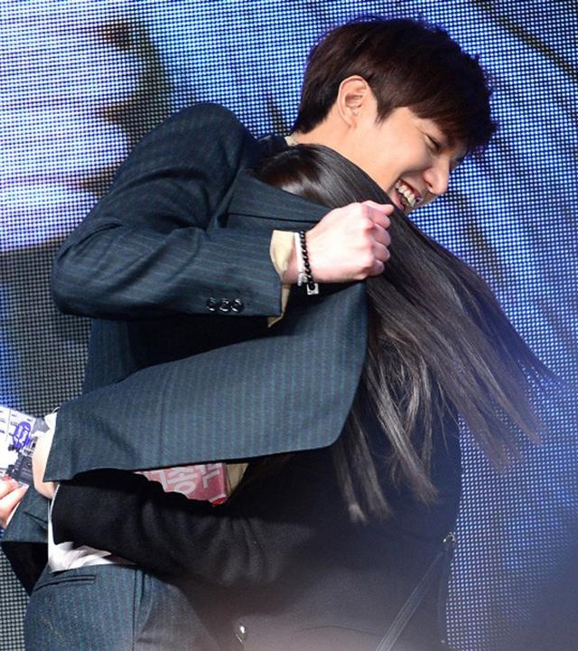 Một fan nữ lao tới ôm Lee Min Ho.