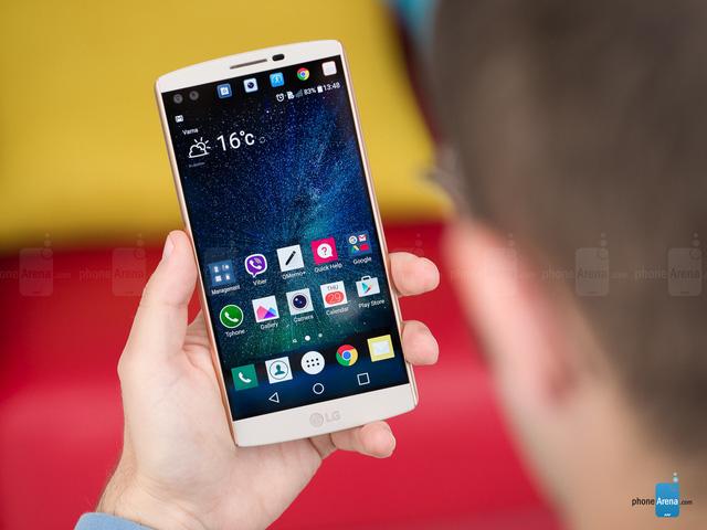 LG V10 sở hữu màn hình phụ có kích thước 2,1 inch, độ phân giải 1040 x 160 pixel