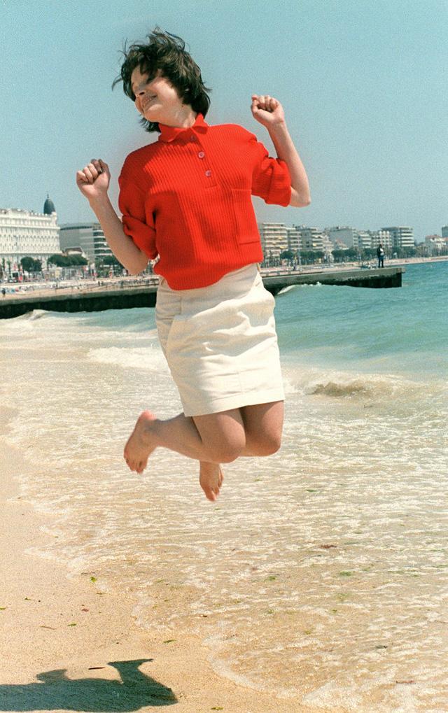 Nữ diễn viên và vũ công người Pháp - Juliette Binoche - thể hiện điệu nhảy đặc trưng của cô bên lề LHP Cannes.