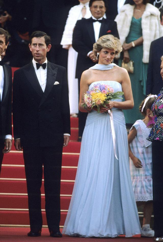 Công nương Diana xuất hiện đầy lôi cuốn bên hoàng tử Charles. Cả hai sánh bước trên thảm đỏ LHP Cannes năm 1987.
