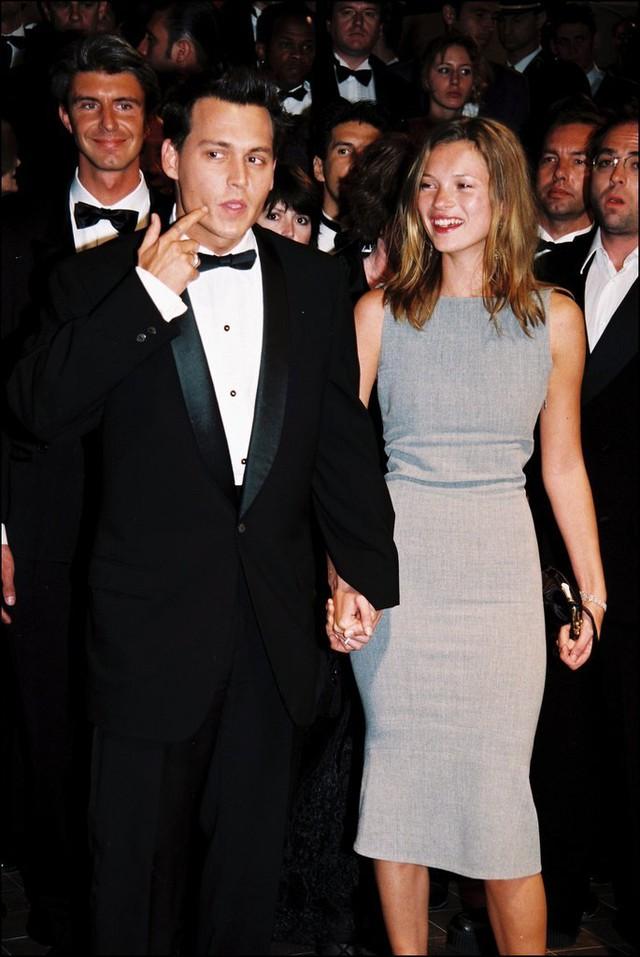 Siêu mẫu Kate Moss đẹp rạng ngời trên thảm đỏ LHP Cannes 1997. Cô tay trong tay với tài tử Johny Depp ở buổi công chiếu phim The Brave trong khuôn khổ sự kiện.