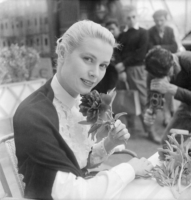 Grace Kelly quyến rũ ở LHP Cannes năm 1955. Tại đây, cô đã gặp Hoàng tử Rainier III của Monaco, cả hai đính hôn vào cuối năm 1955 và kết hôn vào năm 1956.