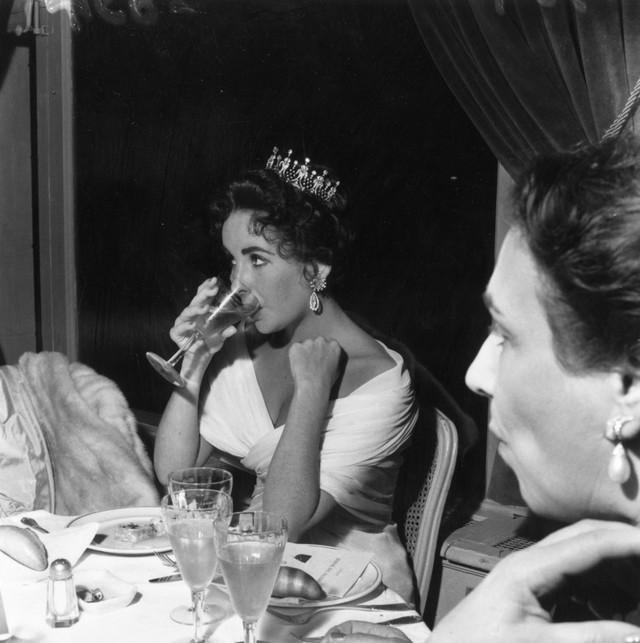 Nữ diễn viên huyền thoại Elizabeth Taylor nổi bật tại LHP Cannes năm 1957.
