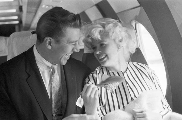 Ngôi sao điện ảnh và truyền hình nổi tiếng một thời ở Mỹ - Jayne Mansfield - tới dự LHP Cannes năm 1958 cùng chồng.