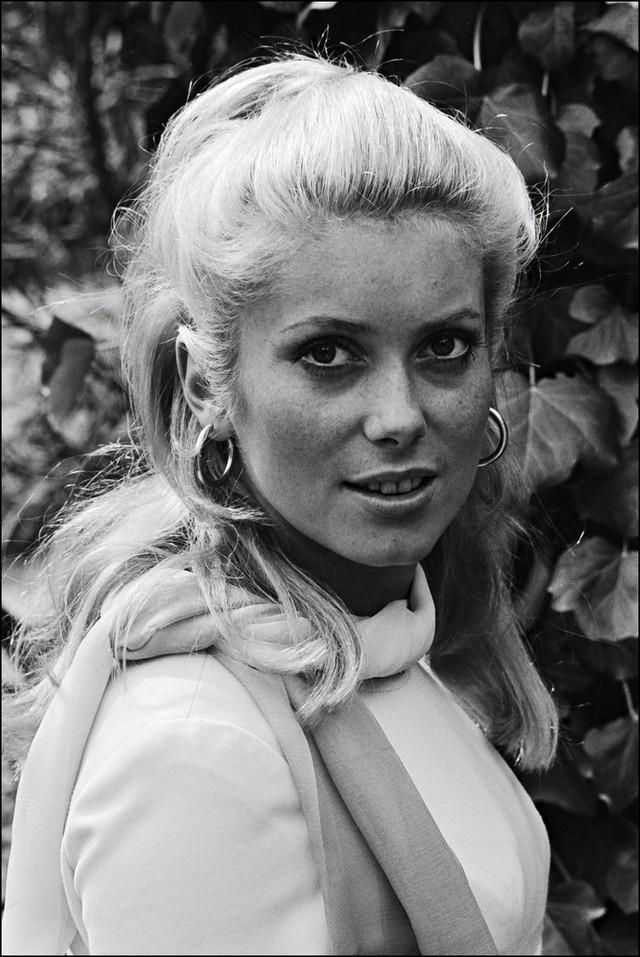 Nữ diễn viên huyền thoại của điện ảnh Pháp - Catherine Deneuve - xinh đẹp và rạng rỡ ở LHP Cannes năm 1965.