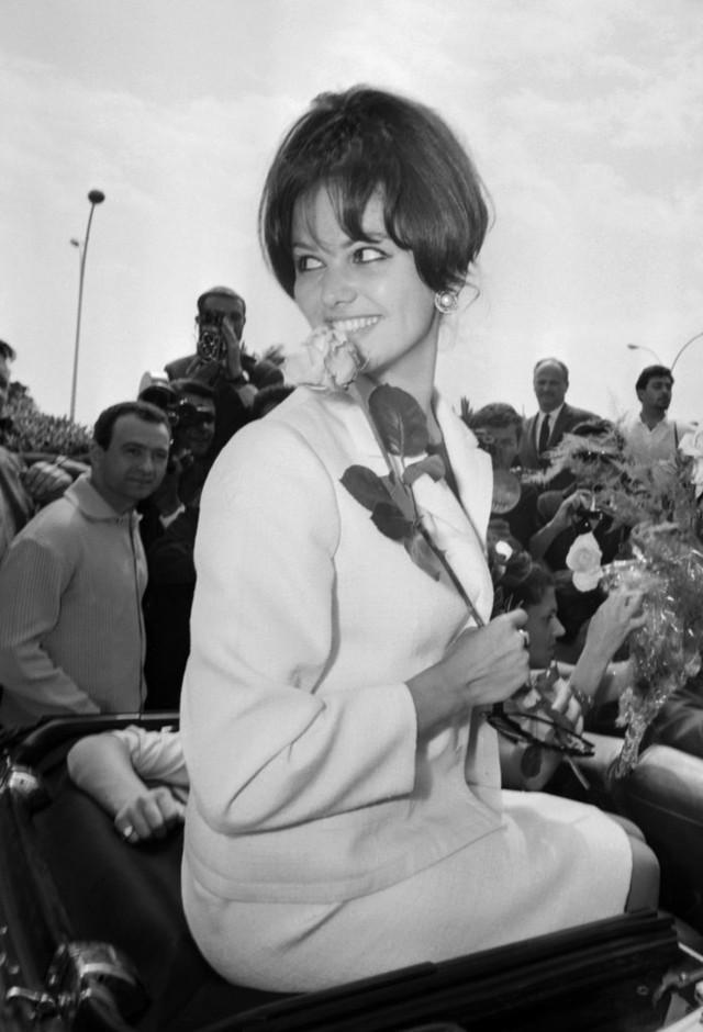 Ngôi sao điện ảnh huyền thoại của Italy - Claudia Cardinale được người hâm mộ bủa vây khi xuất hiện ở buổi khai mạc LHP Cannes năm 1963.