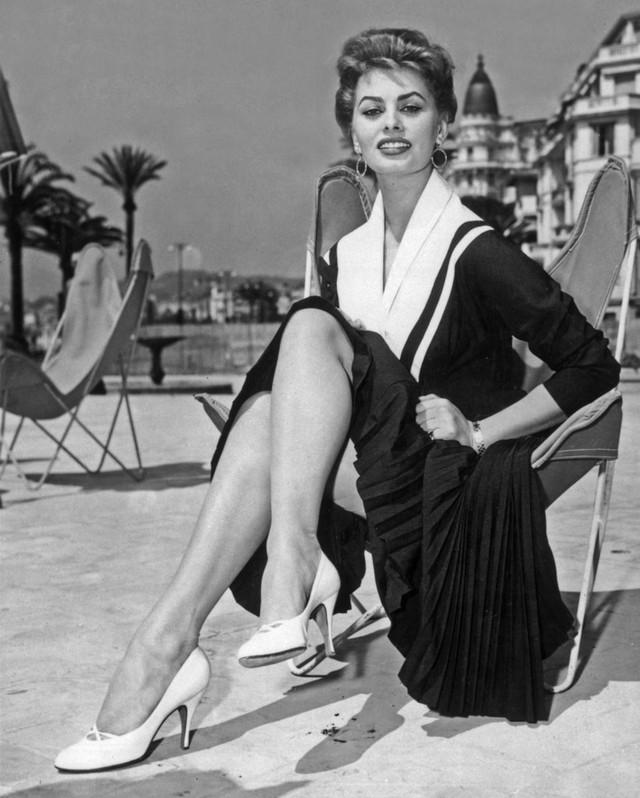 Sophia Loren duyên dáng ở thành phố Cannes năm 1954.