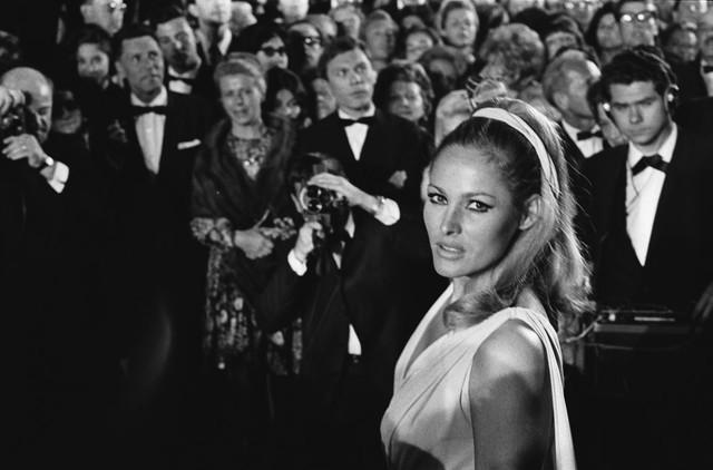 Nữ diễn viên Ursula Andress thu hút trên thảm đỏ của LHP Cannes năm 1965. Cô nổi tiếng với vai chân dài trong phim điệp viên James Bond đời đầu.