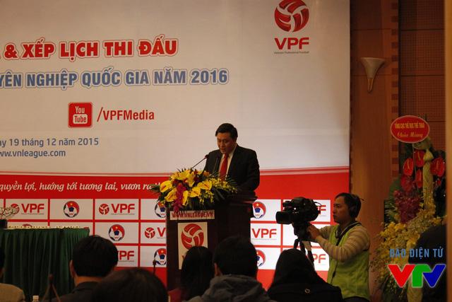 Ông Cao Văn Chóng – Tổng Giám đốc VPF phát biểu bế mạc buổi lễ bốc thăm trước khi trả lời báo chí về vấn đề tài chính của các giải đấu trong năm 2016.