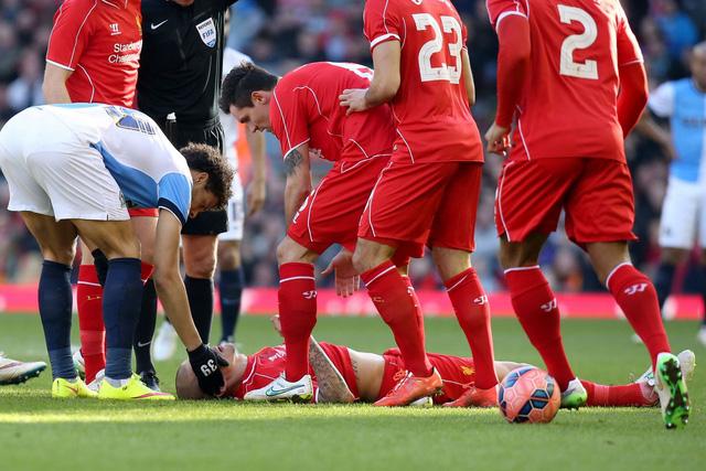 Các cầu thủ có mặt trên sân đều to ra lo sợ với chấn thương cúa Skrtel