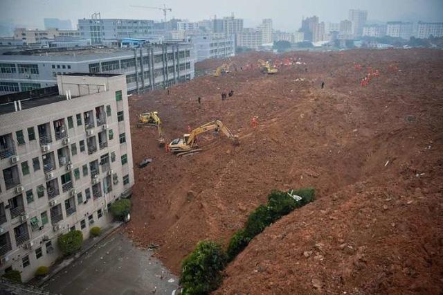 Khu vực bị lở đất vùi lấp rộng đến 10 hecta. (Ảnh: Reuters)