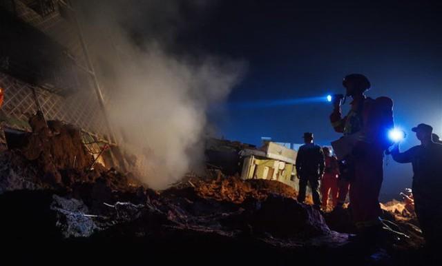 Công tác cứu hộ diễn ra suốt đêm. (Ảnh: news.cn)