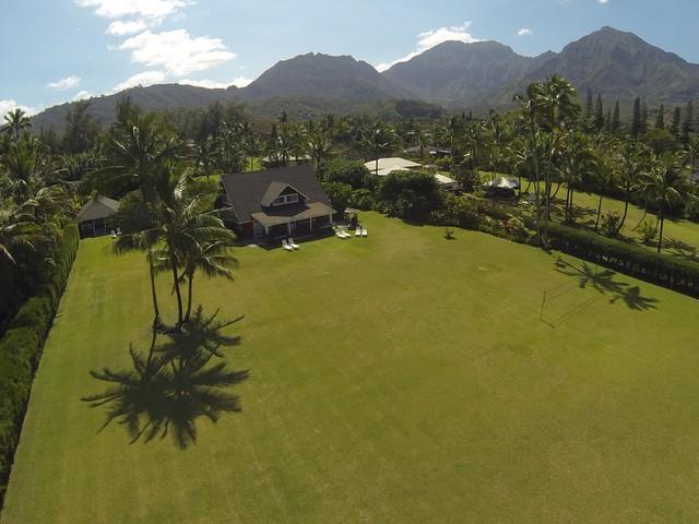 Thảm cỏ xanh ngắt trước nhà.