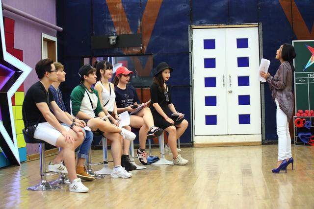 6 thí sinh Học viện ngôi sao tập trung nghe hướng dẫn của ca sĩ Đoan Trang