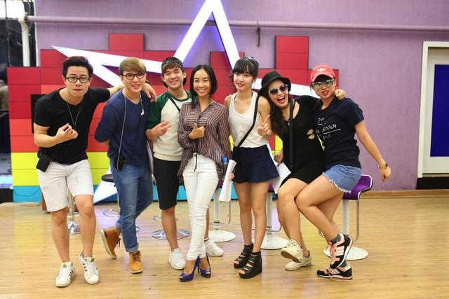 6 thí sinh Học viện ngôi sao chụp ảnh kỷ niệm cùng nữ ca sĩ Đoan Trang