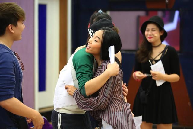 Không chỉ hướng dẫn tỉ mỉ cho các tiết mục trình diễn, nữ ca sĩ Đoan Trang còn động viên tinh thần và truyền năng lượng cho các học viên