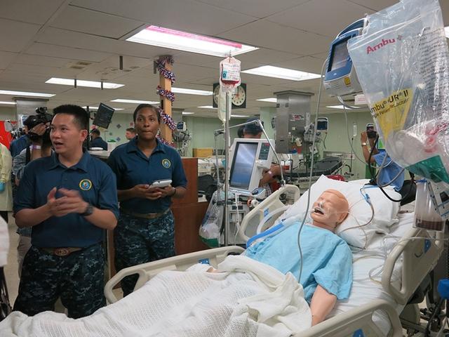 Bác sĩ Việt Nam được trực tiếp thực hành trên hình nộm Sim Man. Ảnh: VGP/Hồng Hạnh