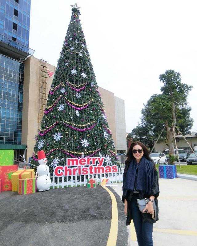 BTV Mai Ngọc thích thú chụp ảnh bên cây thông Noel trong khuôn viên Đài Truyền hình Việt Nam