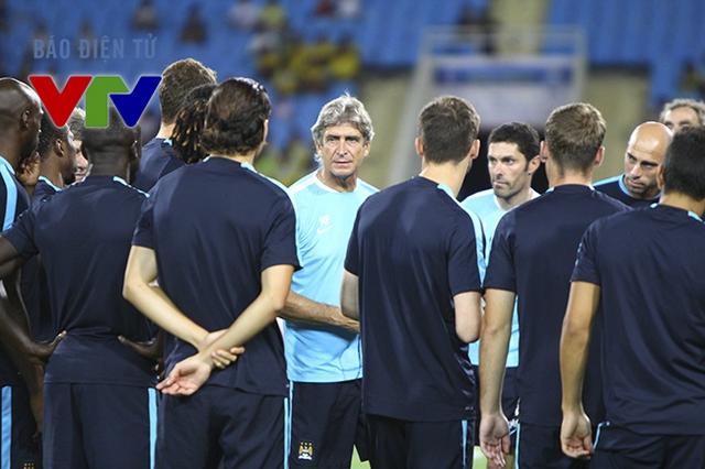 Ngay sau khi các cầu thủ ra sân, HLV Manuel Pellegrini lập tức chỉ đạo bắt đầu buổi tập.