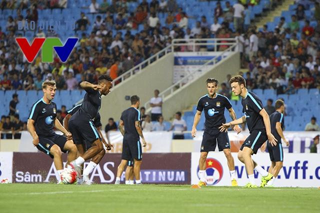 Sau bài tập phối hợp, Man City tiến hành chia 2 đội để đá đối kháng.