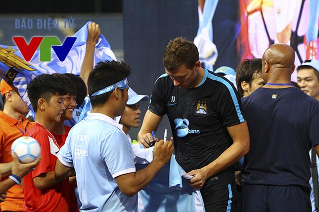 Một số CĐV may mắn còn được các danh thủ Man City ký tặng.