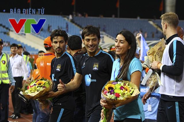 Nụ cười nở trên môi các cầu thủ Man City. Có vẻ như tất cả đều rất hạnh phúc với sự tiếp đón nồng nhiệt từ phía khán giả Việt Nam.