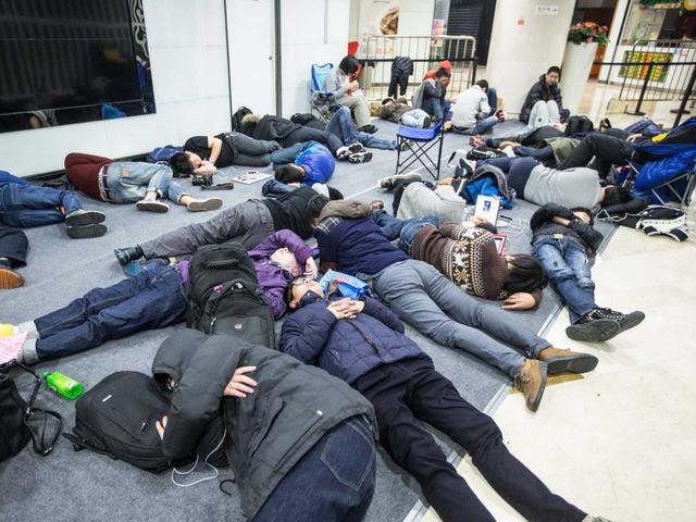Nhiều người hâm mộ đã chờ bên ngoài từ nhiều ngày trước khi cửa hàng khai trương