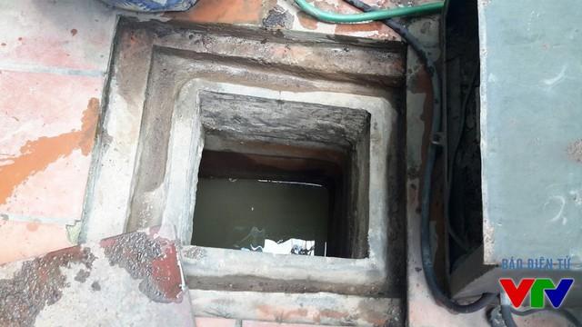 Nước trong bể dự trữ có mùi nặng, không còn trong.