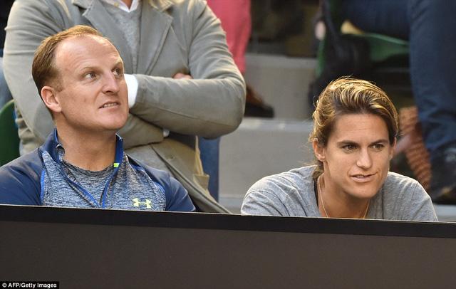 HLV Mauresmo (phải) cũng chăm chú theo dõi màn trình diễn của Murray.