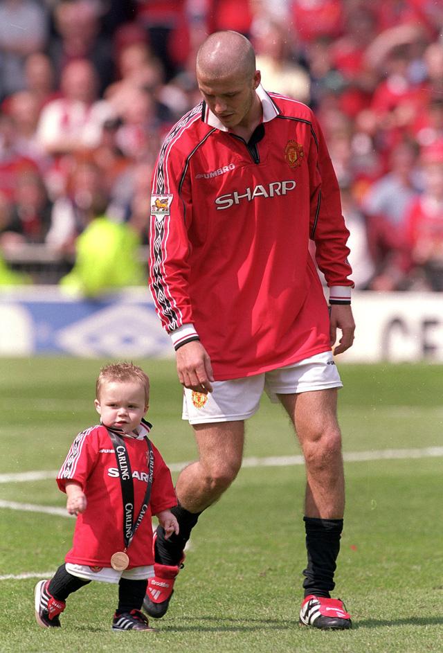 Becks và Brooklyn dạo quanh sân Old Trafford năm 2000 ...