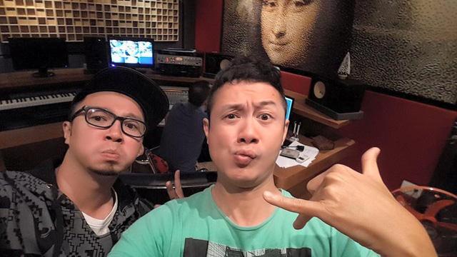 MC Anh Tuấn không kém phần hài hước trong một bức ảnh hậu trường chuẩn bị cho chương trình Bài hát Việt.