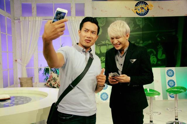 Sự vui vẻ, năng động của MC, BTV Hoa Thanh Tùng giúp cho các khách mời và các thành viên khác cảm thấy thoải mái khi cùng làm việc.