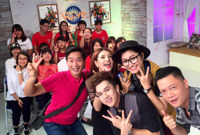 Nhiều bạn trẻ là fan của các nghệ sĩ khách mời cũng rất thích thú khi được tham gia chương trình cùng các MC, BTV của VTV