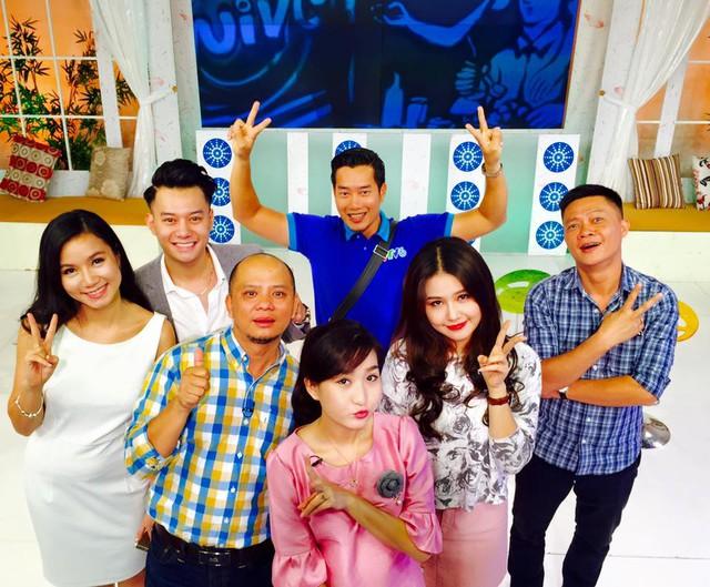 MC Hoa Thanh Tùng và các thành viên Bữa trưa vui vẻ thường có nhiều hình ảnh chụp cùng các khách mời sau mỗi số lên sóng.