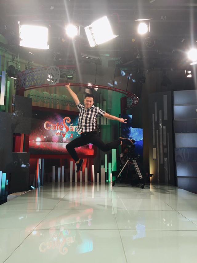 Chàng MC Café Sáng với VTV3 cũng rất thích khuấy động không khí trên trường quay.