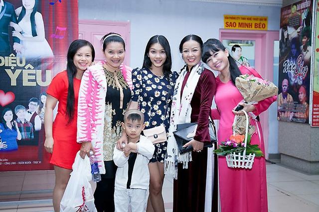 MC Ngọc Tiên chụp hình lưu niệm sau đêm công diễn đầu tiên của Lụa máu.