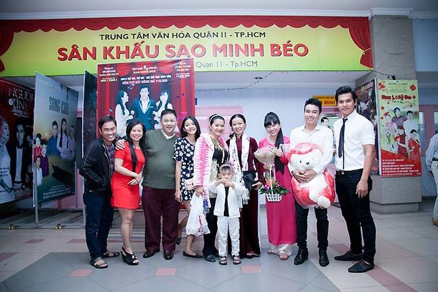 Diễn viên Minh béo và các diễn viên trong vở Lụa máu.